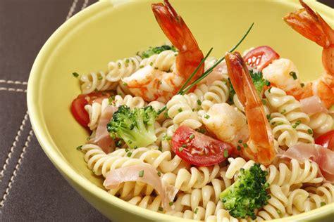 recettes salades de pates salade de p 226 tes aux gambas jambon brocolis et tomates grazia