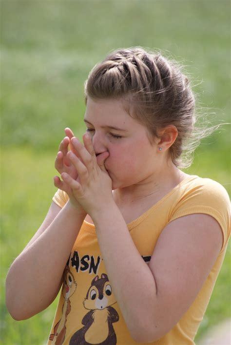 auf den fingern pfeifen grashalm pfeifen foto bild jugend outdoor menschen bilder auf fotocommunity