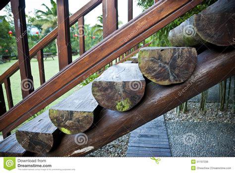 escalier en rondin de bois escaliers en bois de rondins photo stock image 51197336