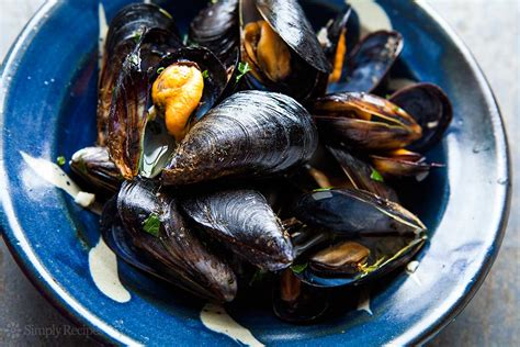 moules cuisine mussels in white wine sauce moules mariniere simplyrecipes com