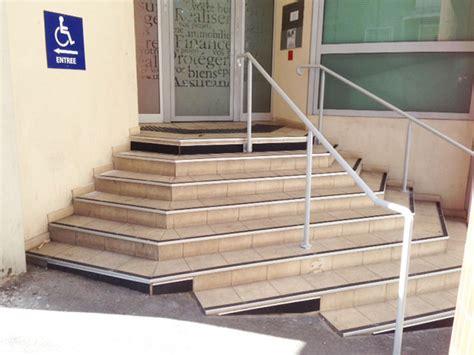 nez de marche contraste et avertissement d un escalier pour l accessibilit 233 handicap 233 e lamco