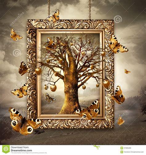 arbre magique avec les pommes et les papillons d or dans le cadre concept images libres de