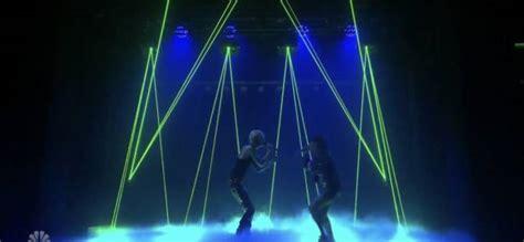 Troye Sivan E Charli Xcx Cantano Live 1999. Video