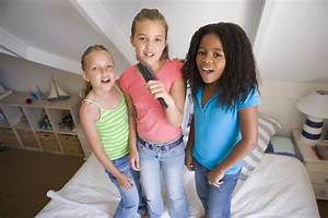 Drei In Einem Bett : drei junge m dchen die auf einem bett stehen stockfoto bild von kind nachgemacht 6440608 ~ Pilothousefishingboats.com Haus und Dekorationen