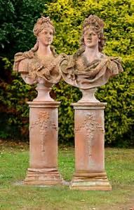 den garten mit stilvollen elementen aufwerten fresh With französischer balkon mit statue garten