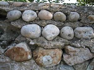 Runde Flache Steine Kaufen : schmuckelemente f r eine gartenmauer aus stein besondere ~ Michelbontemps.com Haus und Dekorationen