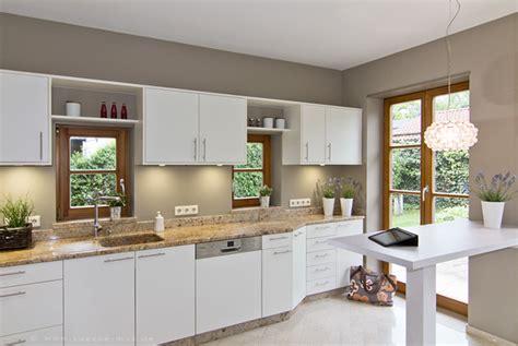 Weisse Küche Arbeitsplatte by Wir Renovieren Ihre K 252 Che Weisse Kueche Welche