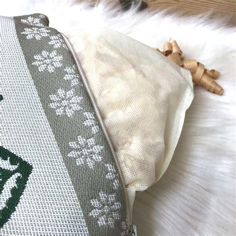 Un cuscino con nucleo in pura lana vergine e fiocchi di legno cirmolo, avvolto da un guscio sfoderabile in soffice piumino. Cuscino CIRMOLO con cervi e cuore, stile tirolese montagna, 100% cotone, 22 x 35 cm, colore ...
