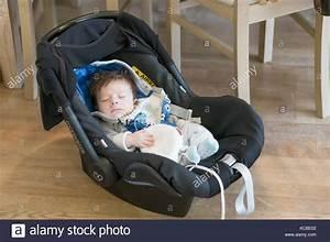 Maxi Cosi Auf Einkaufswagen : neugeborene jungen in einem maxi cosi autositz sitzen auf september 2017 in posen polen ~ Yasmunasinghe.com Haus und Dekorationen