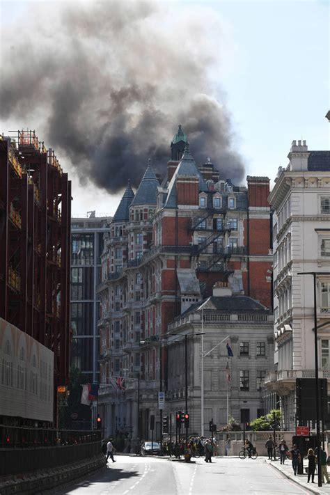 Encuentra fotos de stock perfectas e imágenes editoriales de noticias sobre london fire en getty images. London fire: Robbie Williams seen fleeing Mandarin ...