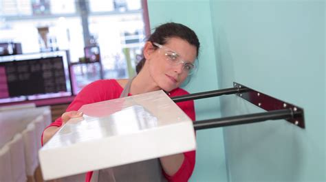 jeux de travail dans un bureau comment poser une étagère à fixation invisible