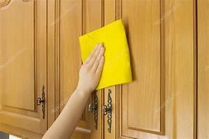年轻女子在厨房里做家务清洁橱柜 — 图库照片©nanaplus#22224325