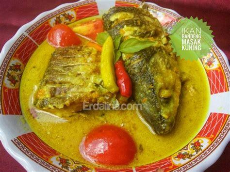 Bumbu lain yang diperlukan juga mudah, cara memasaknya yang sederhana, serta hasilnya yang pasti disukai oleh. Resep Ikan Bandeng Masak Kuning - erdalina.com