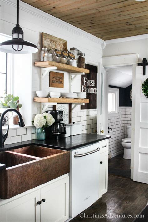 Farmhouse Decor In The Kitchen For Spring And Summer