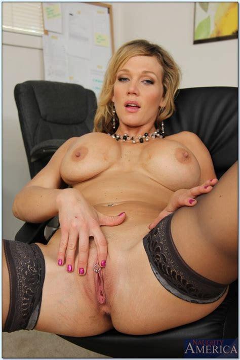 Gorgeous Bimbo Nikki Sexx Playing With Mr Biggles MILF Fox