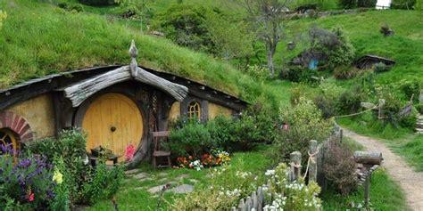 rumah hobbit destinasi wisata selandia  hadir