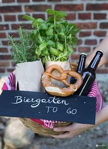 Geschenke Verpacken Lustig : biergarten to go diy geschenkidee zum einzug geldgeschenke verpacken ~ Frokenaadalensverden.com Haus und Dekorationen