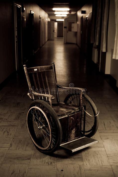 vieux fauteuil roulant image libre de droits image 6869236