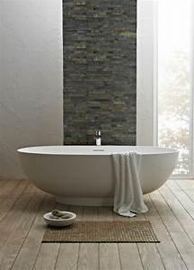 Badezimmer Design Badgestaltung : badezimmer design badgestaltung freistehende badewanne badematte steinwand holzboden zusammen ~ Orissabook.com Haus und Dekorationen