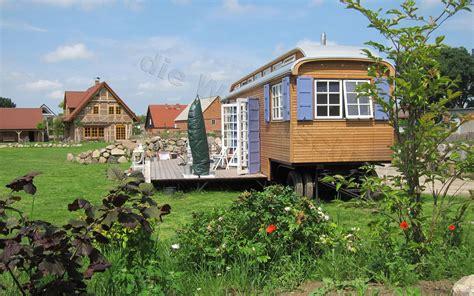 Tiny Haus Kaufen Auf Rädern by Zirkuswagen Mit 24qm Terrasse Im Garten Tiny House On