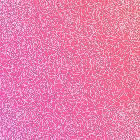 fondo de color rosa fantastico  rosas blancas