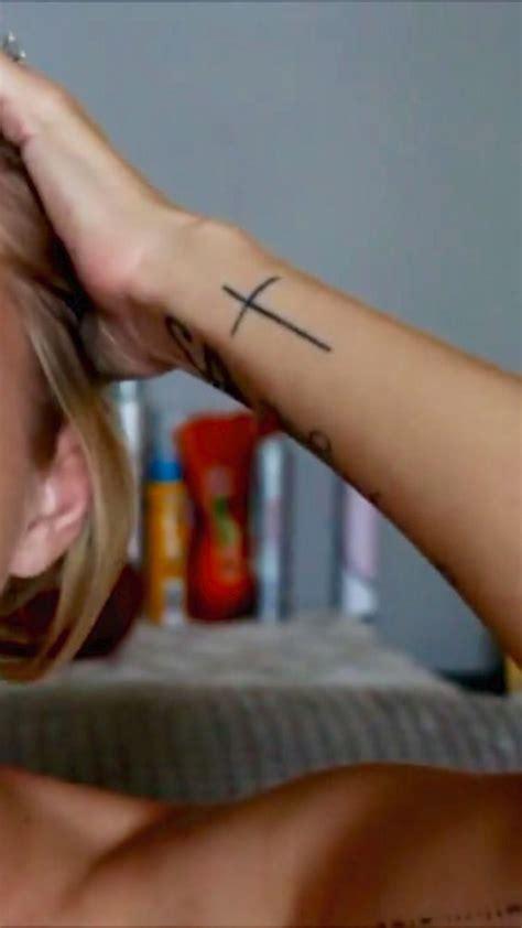 tatuajes de cruces hombresmujeres significados