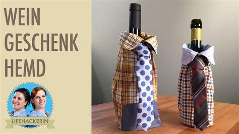 flaschen originell verpacken selber machen weinflasche verpacken in 196 rmel eines hemdes flasche als geschenk