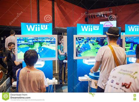 console wii u prezzi bambini giocano la console di wii u fotografia stock
