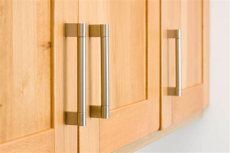 kitchen cabinets door handles 4 tips to determine the kitchen cabinet handles 6022
