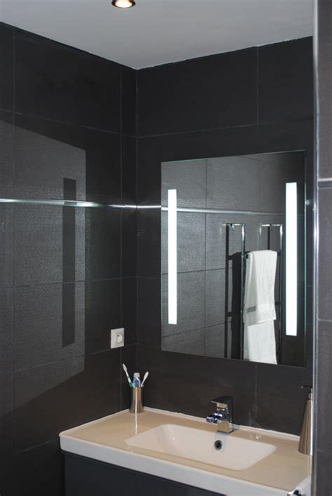 chambre en espagnol salle de bain fushia et vert