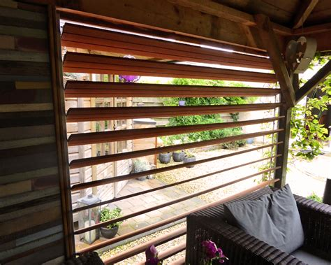 houten lamellen pergola draaibare lamellen van hardhouten schuttingplanken in een
