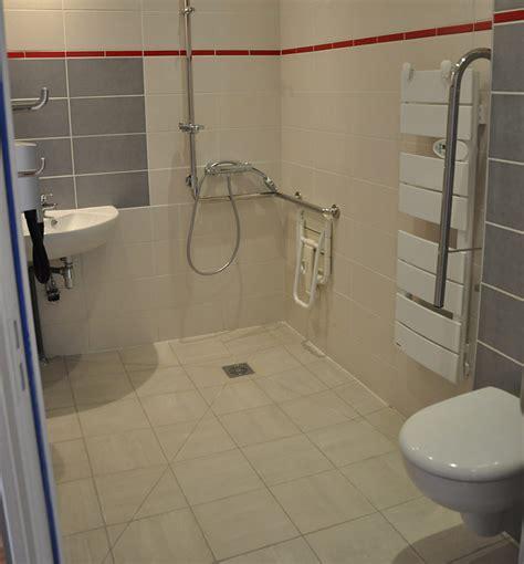 salle de bain handicape normes hotel