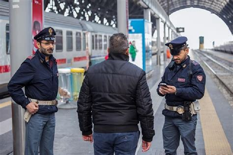 Polfer Torino Porta Nuova by Torino Corre Verso Il Treno In Arrivo Con L Intenzione