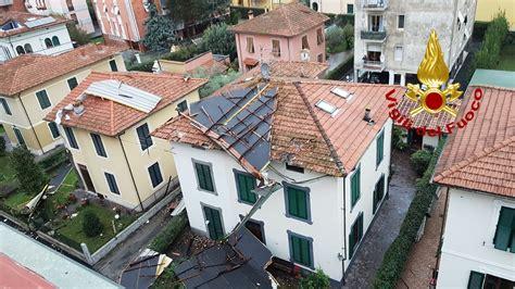 tettoia coibentata maltempo lucca lamiere tetto cadute su strada nessun