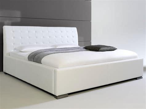 lit design blanc avec tete de lit matelassee izac 180x200 cm