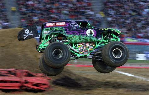 grave digger monster truck images grave digger driver hurt in crash at monster truck rally
