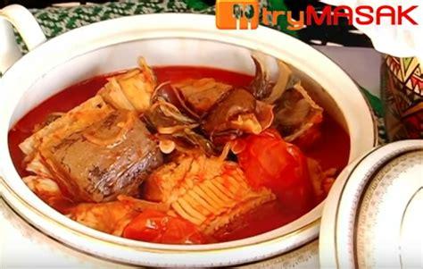 Sementara itu belah tomato dan ketepikan dulu. Resepi Asam Pedas Ikan Pari (Power): RESEPI