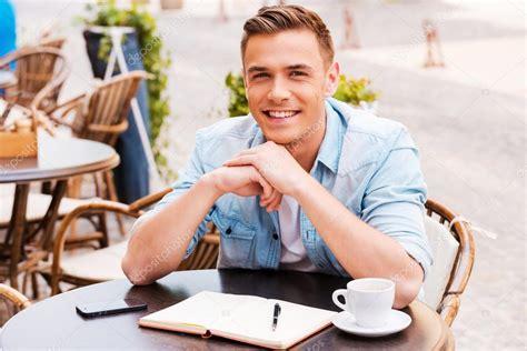 homme qui pisse assis homme assis en terrasse de caf 233 photo 53608073