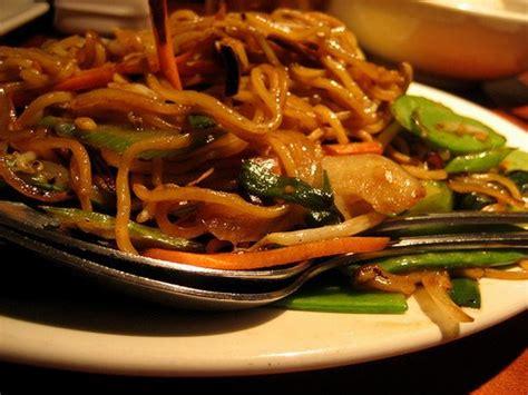 cuisiner des pates chinoises nouilles chinoises sautées au bœuf haché et aux légumes