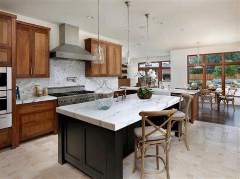 cuisine brun et blanc modèle de cuisine contemporaine blanche et bois pour