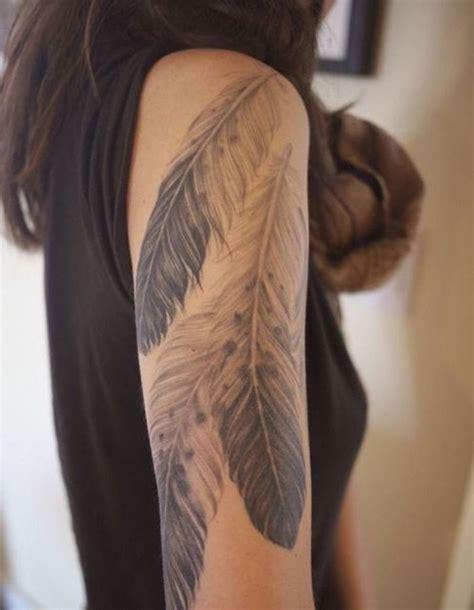 tatouage plume sous lepaule tatouage plume la