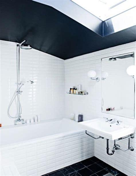 salle de bain carrelage blanc et plafond noir