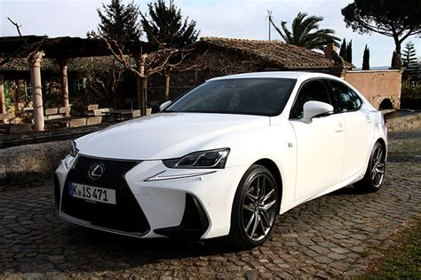 coffre lexus is 300h essai lexus is 300h restyl 233 e la berline hybride se renouvelle
