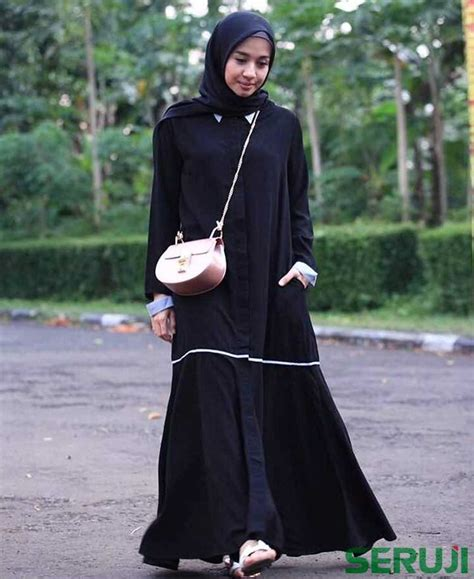 memakai gamis hitam  lebih fashionable ala laudya