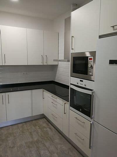cocina  muebles en color blanco azulejo tipo metro en