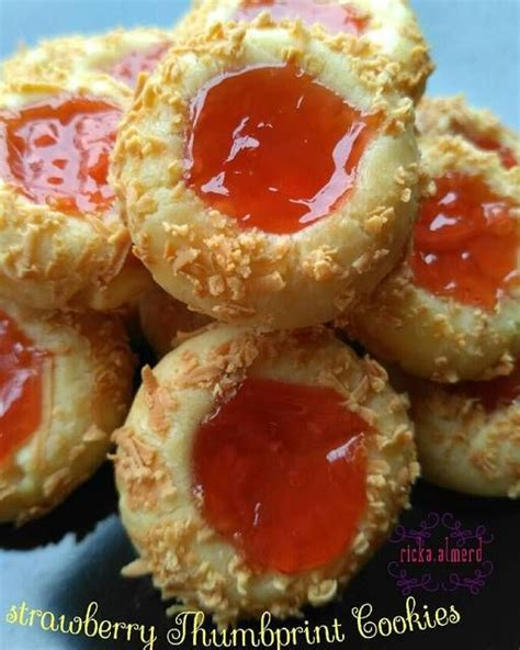 Cookie dough balls are coated in walnuts then topped with raspberry jam. Resep Strawberry Thumbprint Cookies by ricka.almerd di 2020 (Dengan gambar) | Resep, Makanan ...