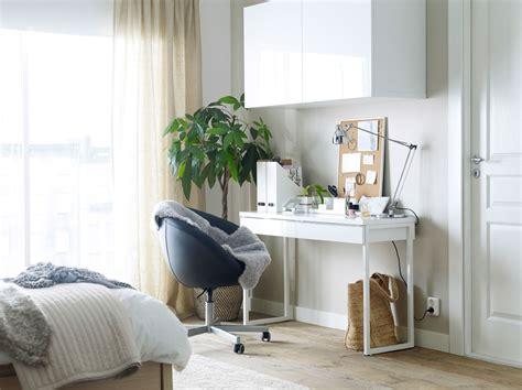 armoire murale chambre bureau blanc avec une chaise pivotante à roulettes