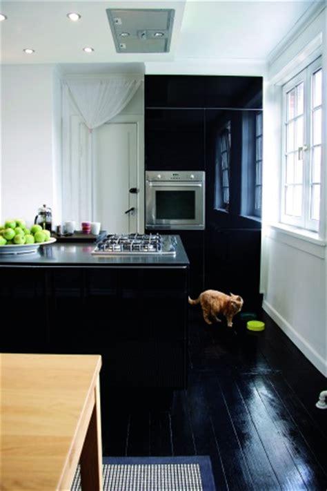 departamento de  metros  pisos de madera negros