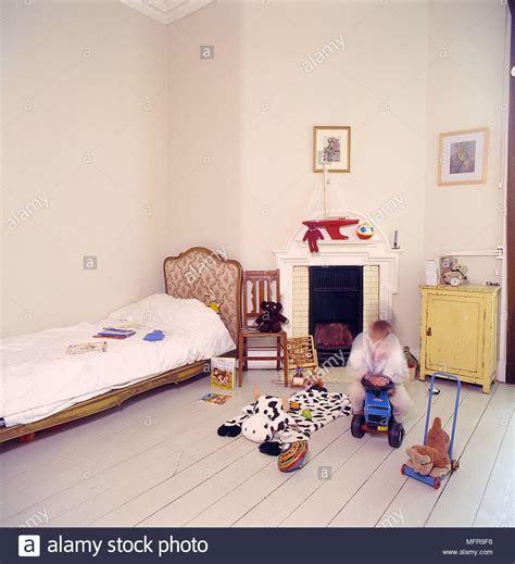 da letto bambino da letto pareti bianche spogliato parquet letto