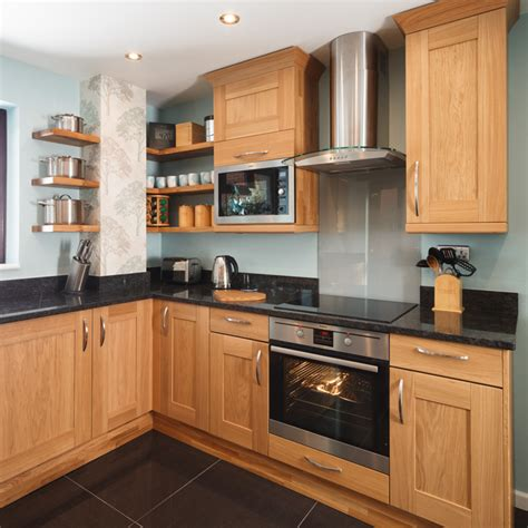 oak shaker style kitchen cabinets a guide to the best colours to complement oak kitchens 7135